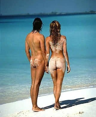 в мокрых купальниках на пляже