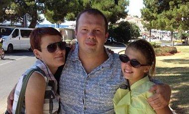 Денис Олейников с семьей